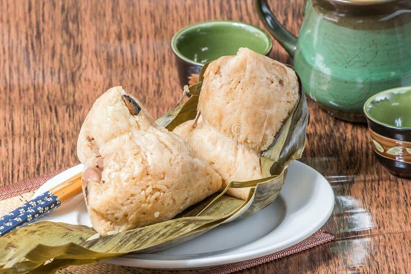 Zongzi o bola de masa hervida del arroz pegajoso imagenes de archivo