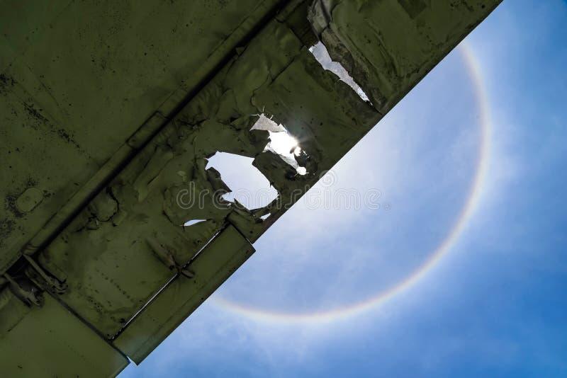 Zonhalo met wolk in de blauwe hemel stock afbeelding