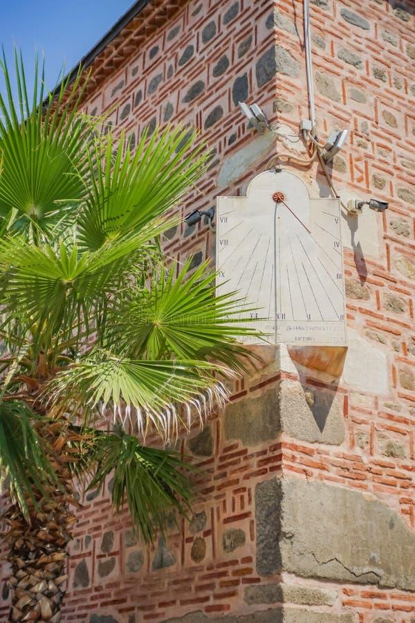 Zonklok opgezet op een oude moskee royalty-vrije stock afbeeldingen