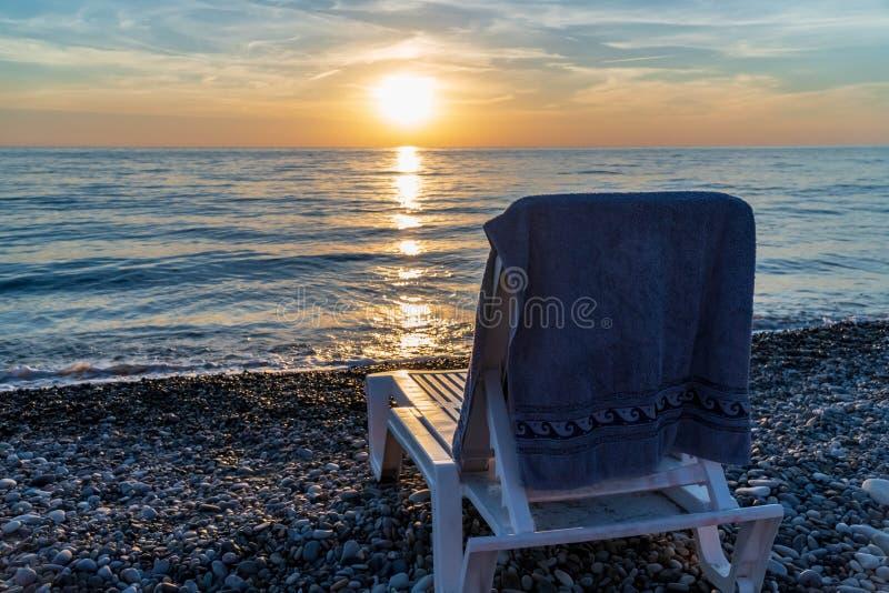 Zonlanterfanter door het overzees tijdens zonsondergang royalty-vrije stock afbeelding