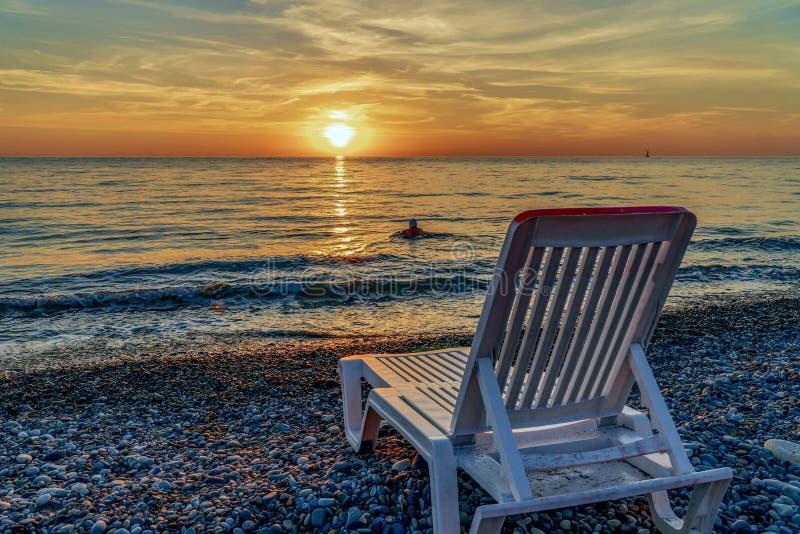 Zonlanterfanter door het overzees tijdens zonsondergang stock afbeeldingen