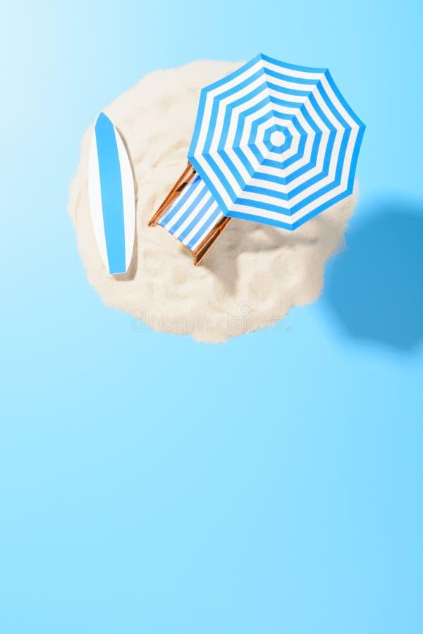 Zonlanterfanter met paraplu en strandtoebehoren voor actieve rust op het zandige eiland, exemplaarruimte, bovenkant royalty-vrije stock afbeeldingen