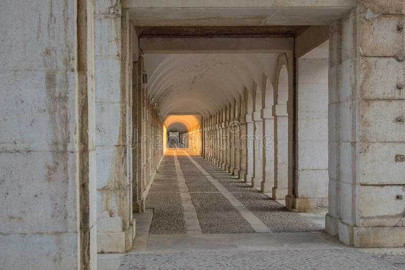 Zonlicht aan het eind van de tunnel stock afbeeldingen