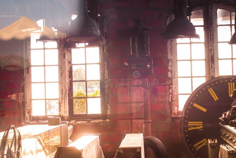 Zonlicht die door de vensters van een oud verlaten industrieel pakhuisgebouw glanzen stock afbeeldingen