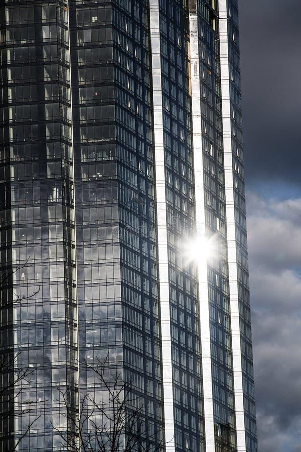 Zonlicht die van een wolkenkrabber in Boston Massachusetts nadenken stock fotografie