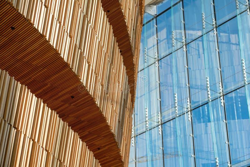 Zonlicht door blauwe glasvensters bij de moderne houten bouw op Operaalgemene vergadering royalty-vrije stock foto's