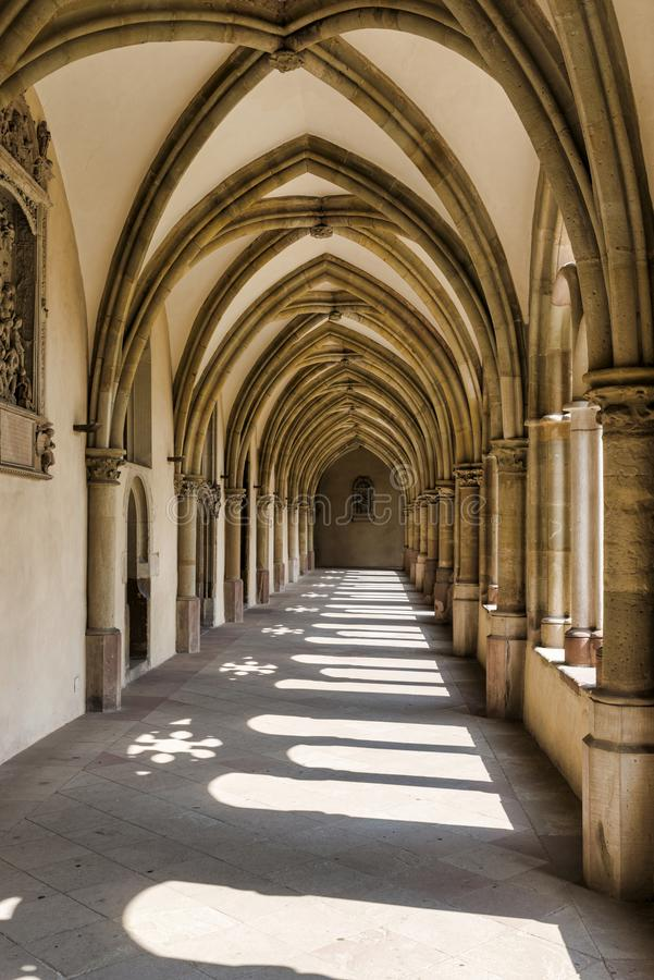 Zonlicht door de bogen van een gang in een middeleeuws klooster stock foto