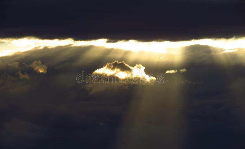 Zonlicht door de donkere wolken royalty-vrije stock fotografie