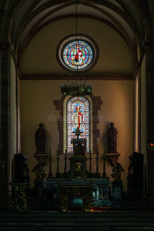 Zonlicht door de leaded ruit in oude majestueuze kerk royalty-vrije stock afbeeldingen