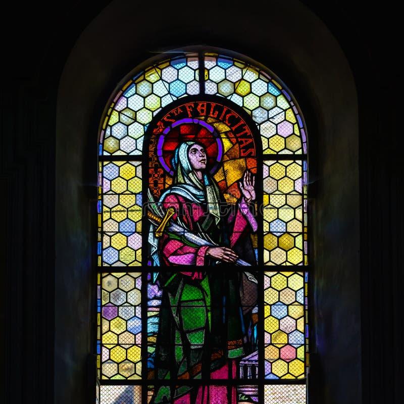 Zonlicht door de leaded ruit in oude majestueuze kerk stock afbeeldingen