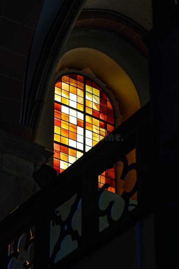 Zonlicht door de leaded ruit in oude majestueuze kerk stock afbeelding