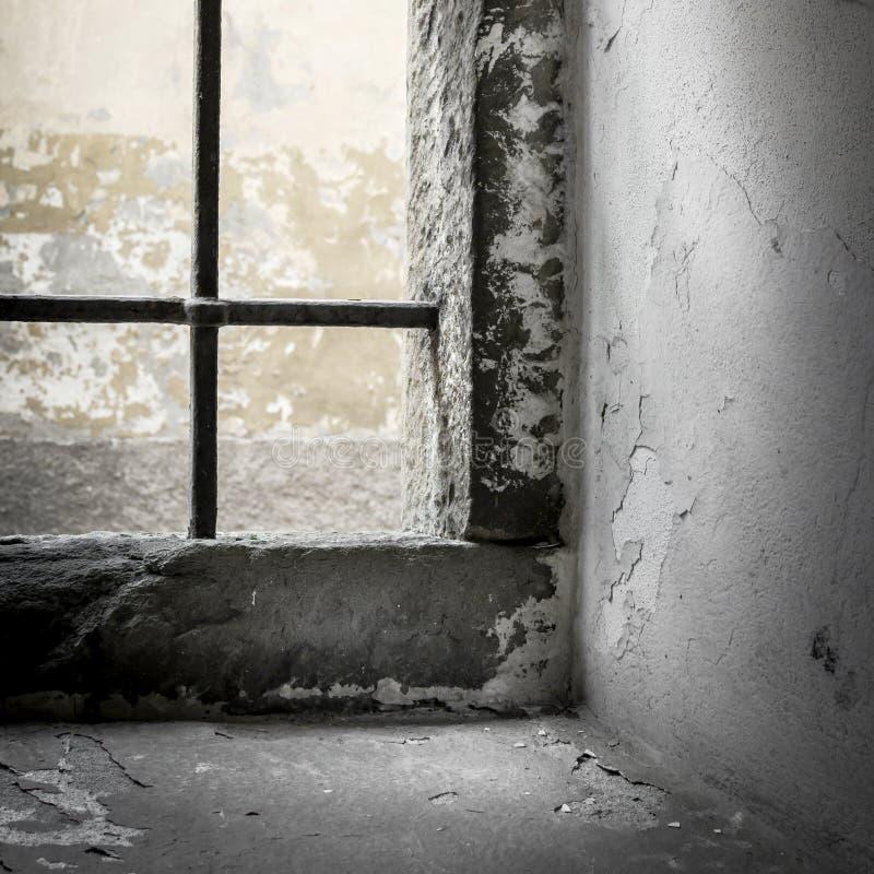 Zonlicht in een gevangenisvenster stock foto