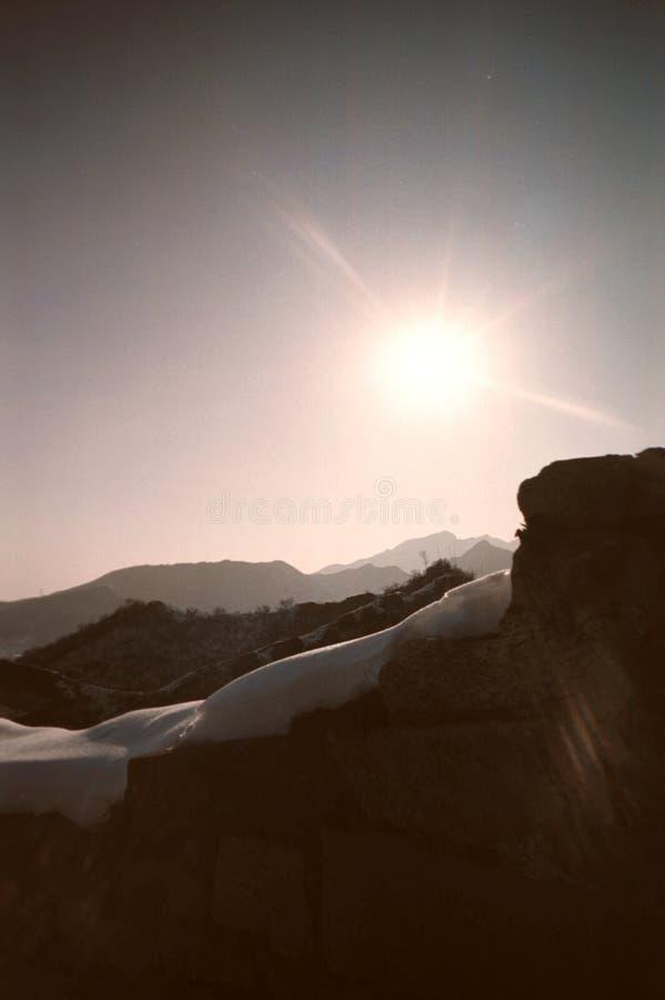 Zonlicht op de rand van de Grote Muur stock foto's