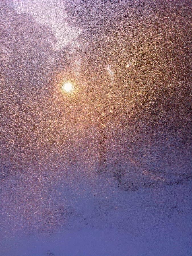 Zonlicht op een bevroren venster stock foto