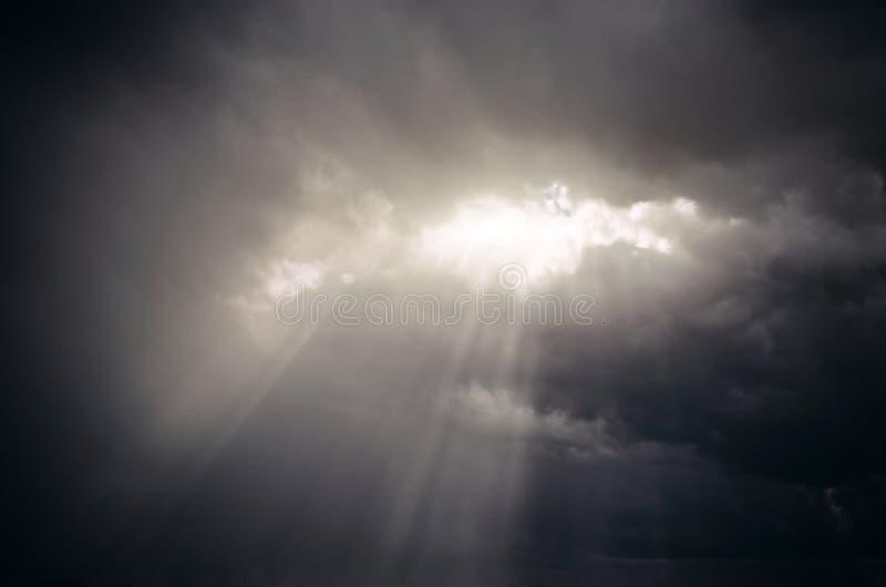 Zonlichtdakraam van de wolken van goddelijk licht stock foto's