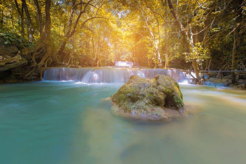 Zonlichteffect over tropische waterdaling van diep bos stock fotografie