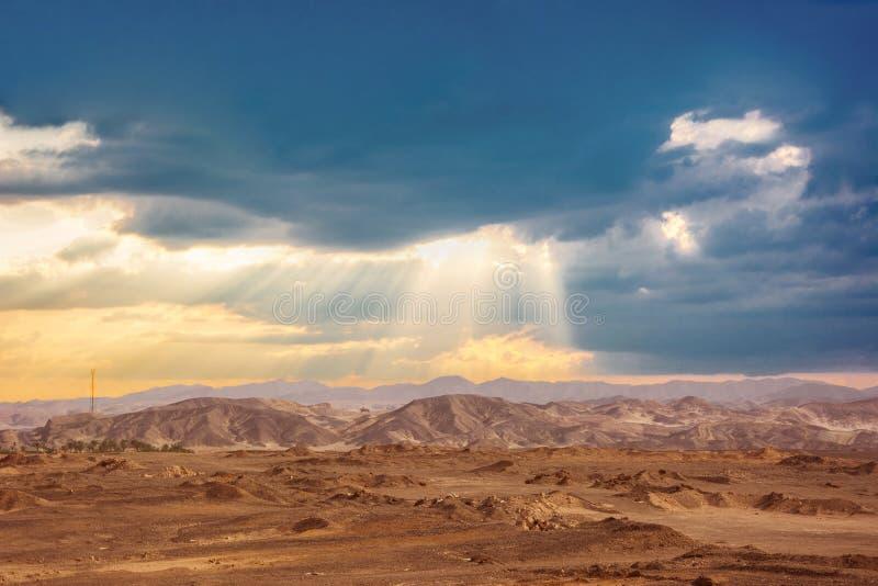 Zonlichten in regenachtige wolken in Egyptische woestijn royalty-vrije stock foto