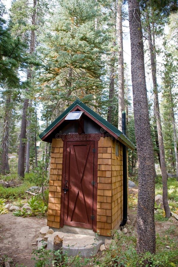 Zonne aangedreven badkamers in hout royalty-vrije stock fotografie