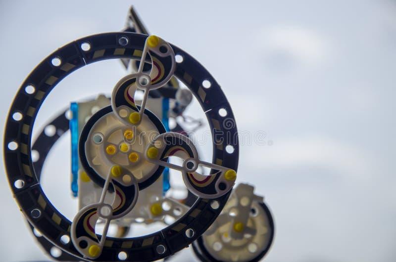 Zonne-aangedreven plastic robot, robotica Het moderne leren stock afbeelding