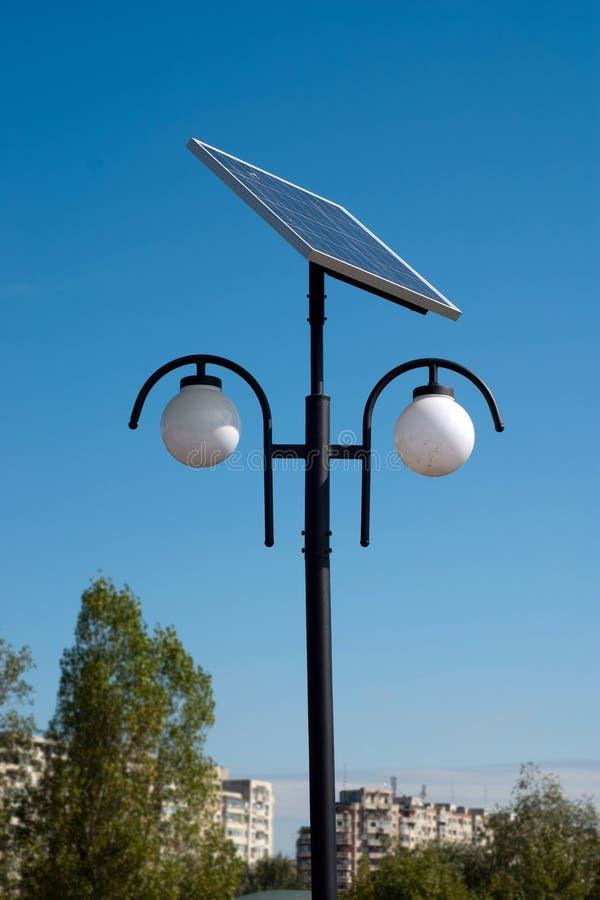 Zonne aangedreven stedelijk licht stock afbeelding