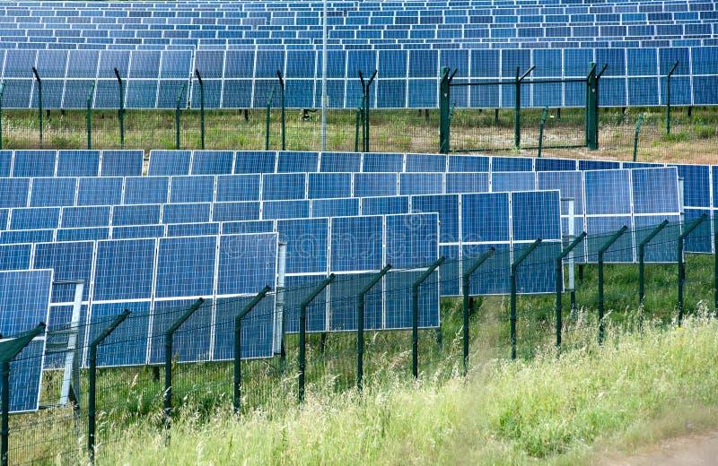 Zonne-energielandbouwbedrijf met photovoltaic panelen royalty-vrije stock fotografie