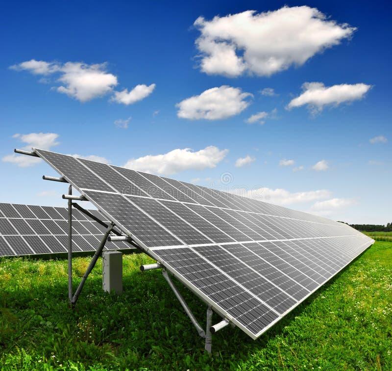 Zonne-energiepanelen stock afbeeldingen