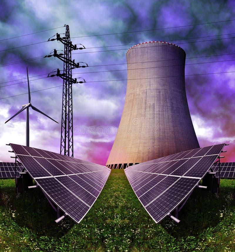 Zonne-energiepanelen met van de kernenergieinstallatie en wind turbines stock fotografie