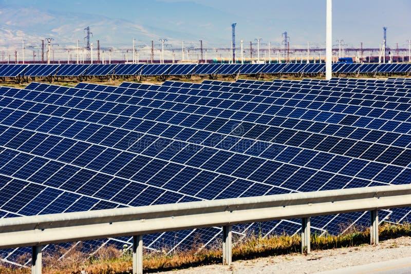 Zonne-energiepost, alternatieve elektriciteitsbron stock afbeeldingen