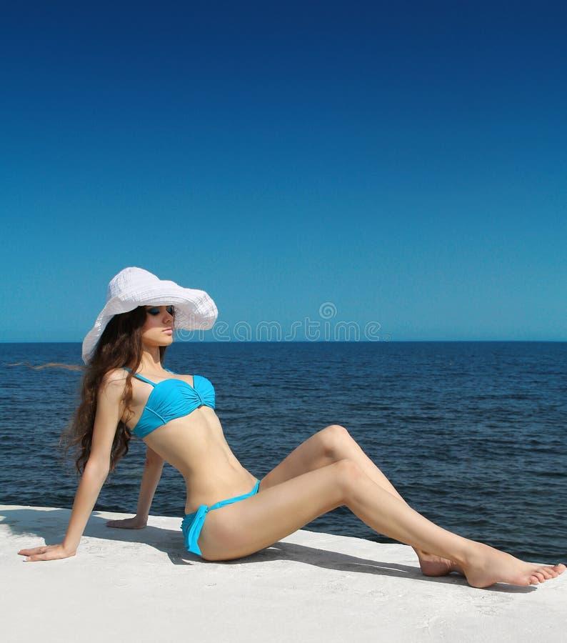 Zonnebadend meisje plezier Slanke bikini modelvrouw in bikini ov stock afbeelding