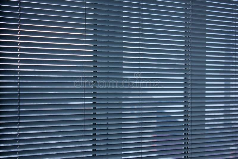Zonneblinden op het venster Achtergrond van de zonneblinden Horizontale strepen stock foto