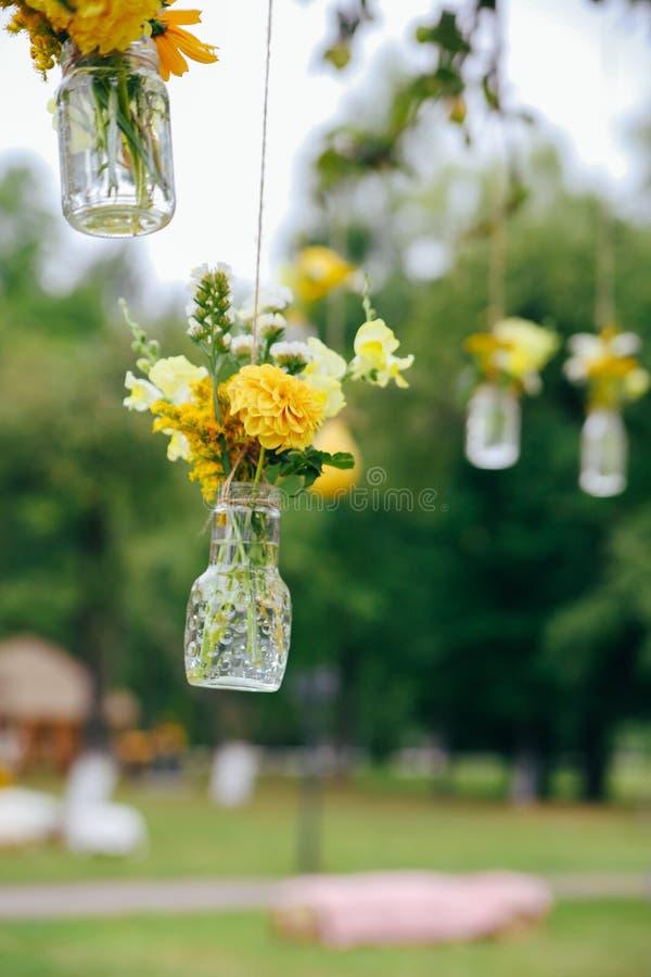 Zonnebloemen en gele blumbloemen met rustieke decoratie royalty-vrije stock foto