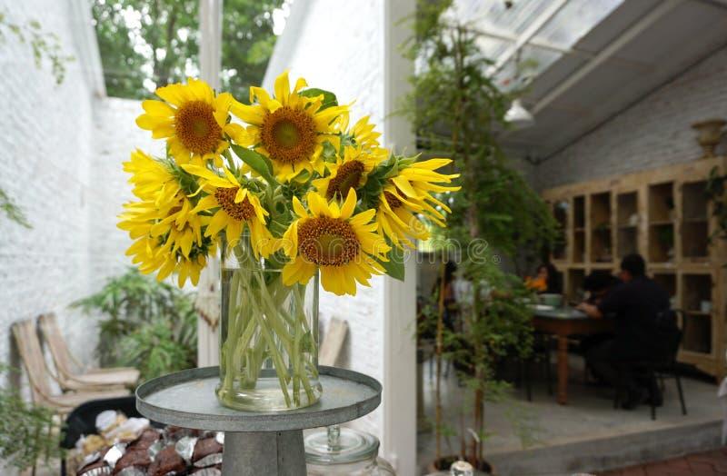 Zonnebloemen in glasvaas stock foto