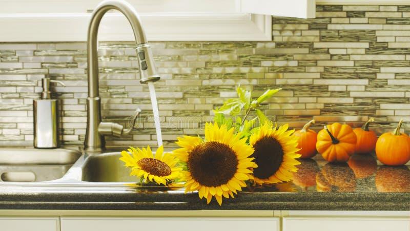 Zonnebloemen in keukengootsteen stock fotografie