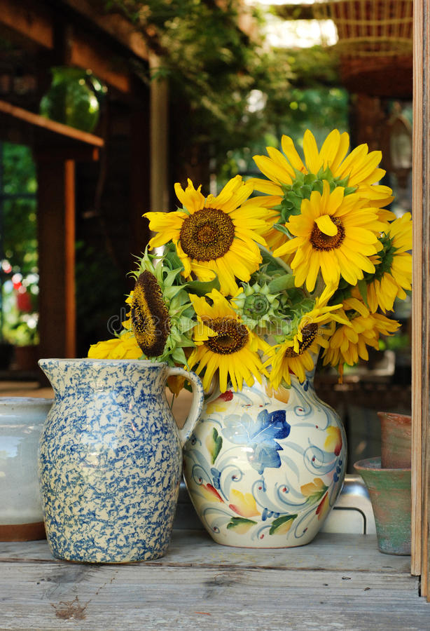 Zonnebloemen in vaas royalty-vrije stock afbeelding
