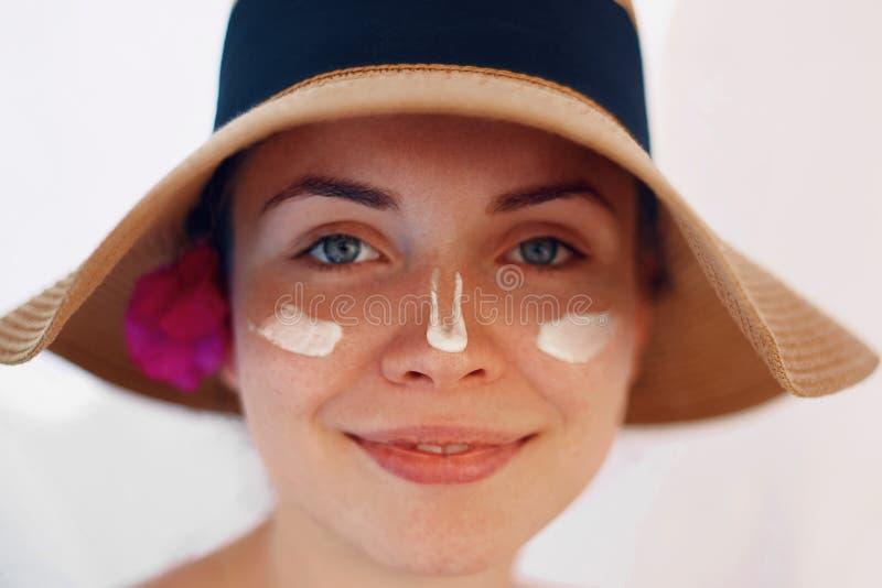 Zonnebrandolievrouw die Zonnescherm toepassen Zonneroom stock foto