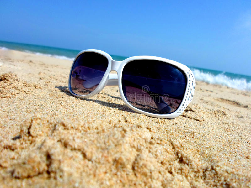 Zonnebril bij de kust royalty-vrije stock foto