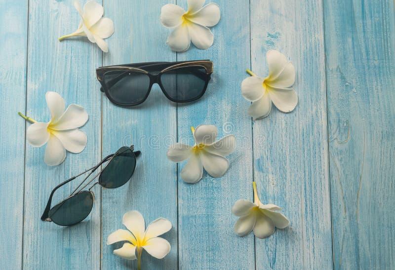 Zonnebril en bloem op houten achtergrond stock foto