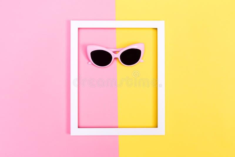 Zonnebril en kader op gespleten achtergrond stock afbeeldingen