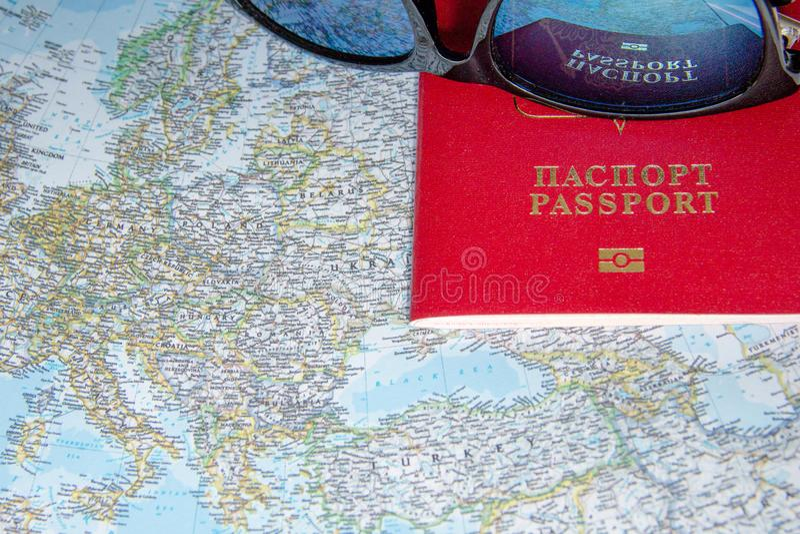Zonnebril en paspoorten op kaart, vakantie in het buitenland Reis planningsconcept wereldwijd Reizend vakantieconcept, close-up stock afbeelding