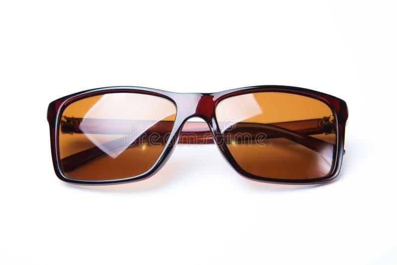 Zonnebril met bruine die glazen op witte achtergrond worden geïsoleerd royalty-vrije stock afbeeldingen