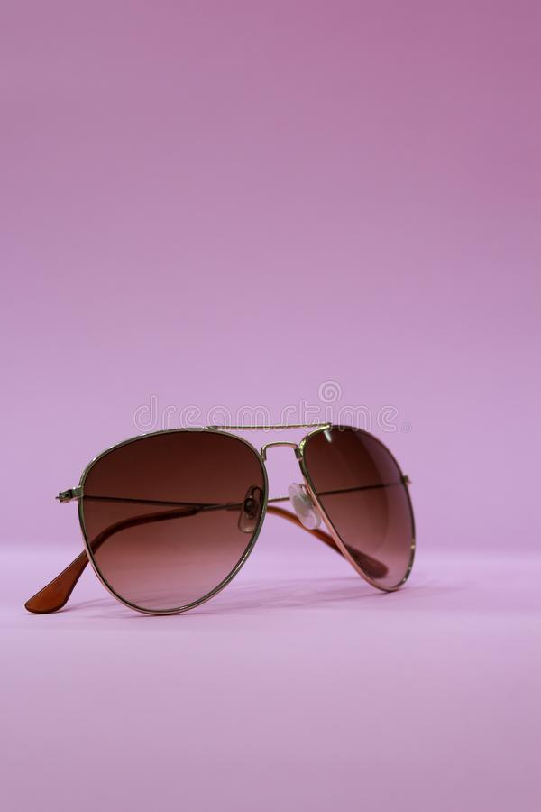 zonnebril op roze achtergrond stock foto
