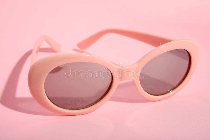 Download Zonnebril Op Roze Achtergrond Stock Foto - Afbeelding bestaande uit toebehoren, achtergrond: 114226774