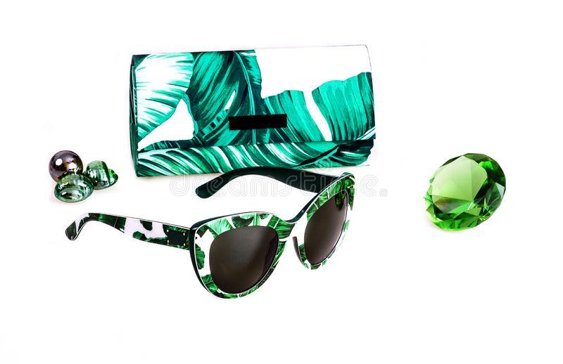 Zonnebril in plastic wit-groen kader in combinatie met een dekking op een witte achtergrond stock afbeeldingen