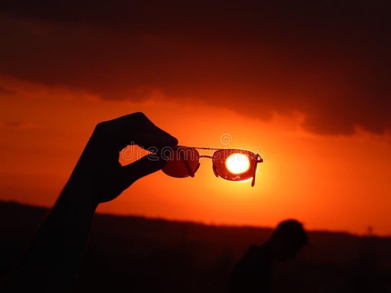 Zonnebril, zonbescherming, landschap, zonsondergang stock afbeeldingen