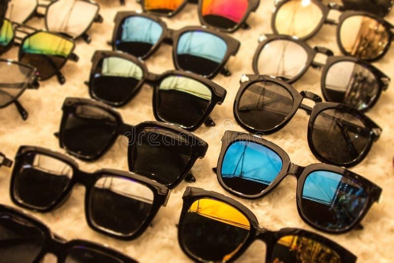 Zonnebrilkleding in marktwinkel met grote kortingen op eyewear royalty-vrije stock foto's