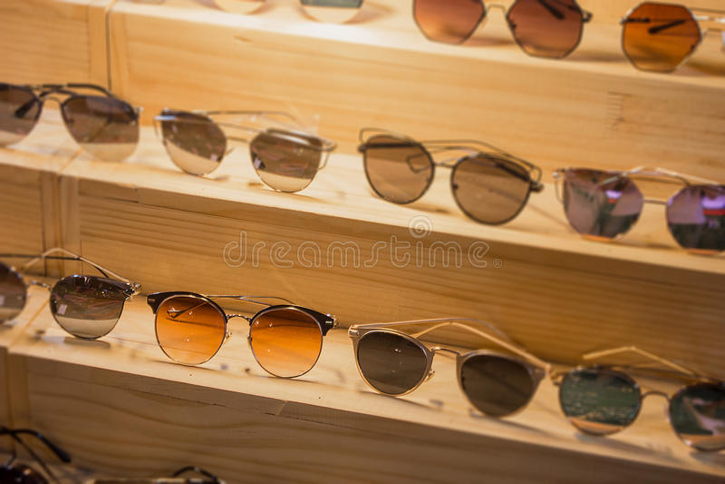 Zonnebrilwinkel met reusachtige verkoop op oogvisie dit weekend Glas stock fotografie