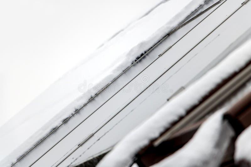 Zonnecel op sneeuwdak royalty-vrije stock afbeelding
