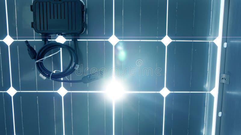 Zonneceldak onderaan met een omschakelaarsdoos stock foto