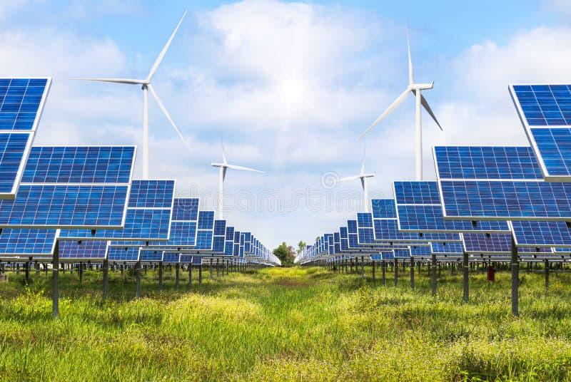 Zonnecellen en windturbines die elektriciteit in krachtcentrale alternatieve duurzame energie produceren royalty-vrije stock fotografie