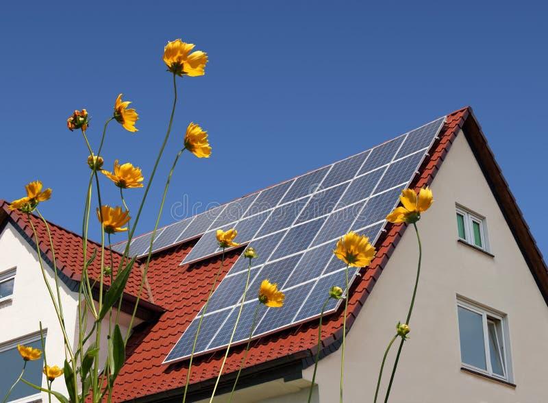 Zonnecellen op een dak stock afbeelding